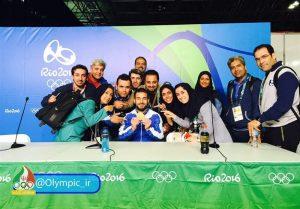 خبرنگاران اعزامی به ریو۲۰۱۶ با اولین مدال آور طلایی کشورمان، کیانوش رستمی عکس یادگاری میگیرند.