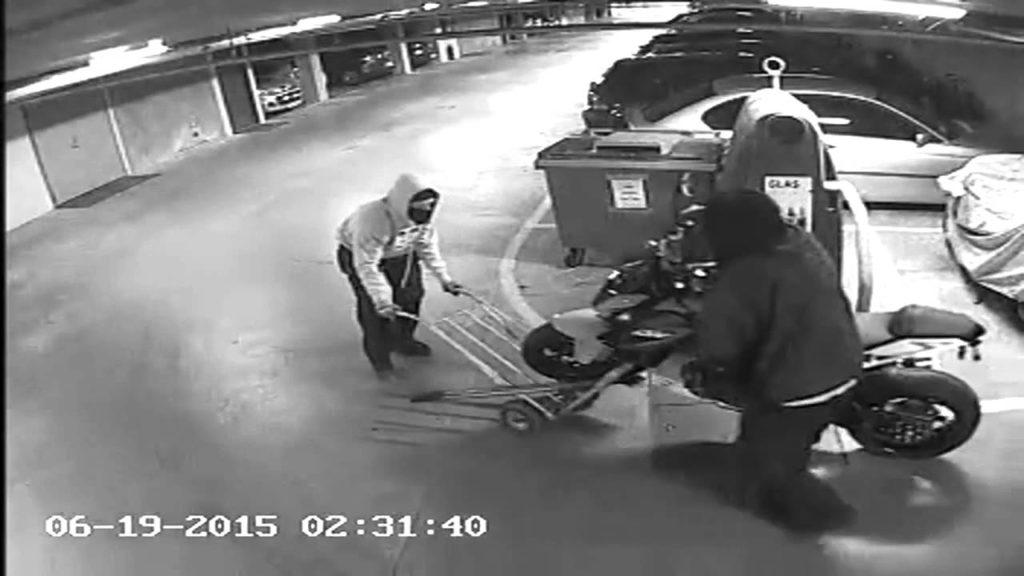 قفل کردن تک چرخ موتور سیکلت و سرقت آن با چرخ باربری