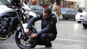 مهار یا قفل کردن موتور سیکلت به خودش کار سارقان را راحت میکند.