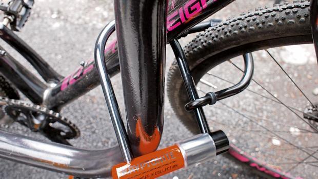 قفل یو شکل برای دوچرخهها هم استفاده میشود، طوری که تنه یا چرخ را به یک گارد مهار میکند.