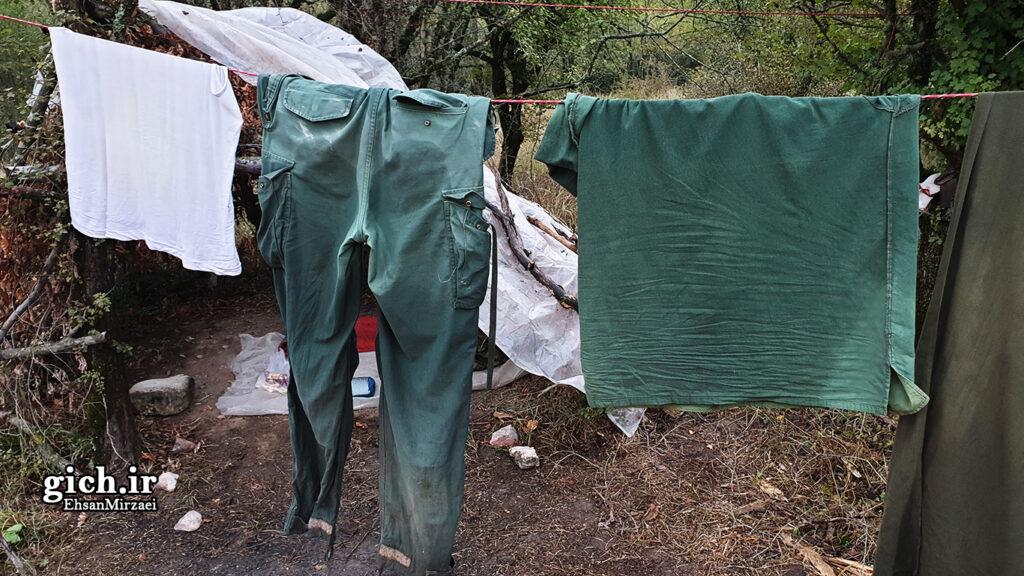 تکنیک های بقا در طبیعت با دست خالی - خشک کردن لباس در جنگل - مجله گیچ - عکاس احسان میرزائی
